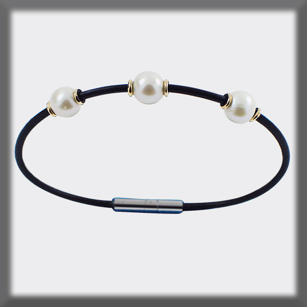 BRACELET IN LEATHER 2 mm , 3 PEARLS OF 6,5 mm , 6 PIECES OF GOLD