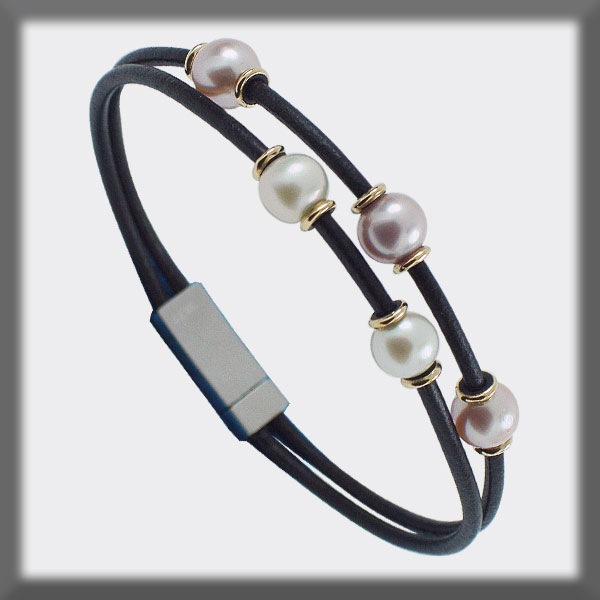 BRACELET IN LEATHER 2mm, 5 PEARLS 6,5mm, 10 MOTIVES IN GOLD
